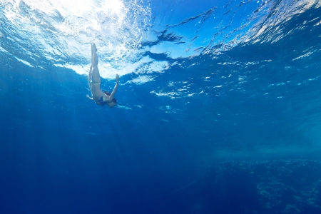 athletic girl diving under the sea Standard-Bild