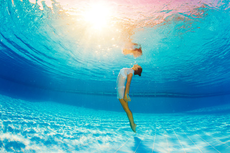 reflexion: nada bajo el agua y el reflejo en el agua Foto de archivo