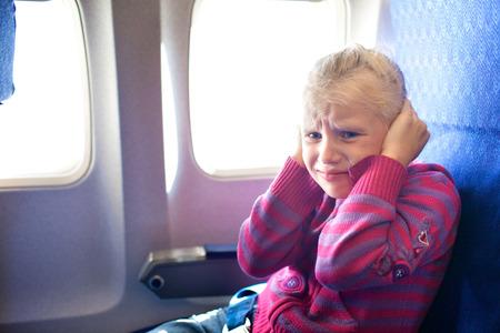 Kind weint im Flugzeug Standard-Bild
