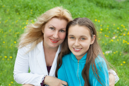 portrait of mother and daughter outdoors Standard-Bild