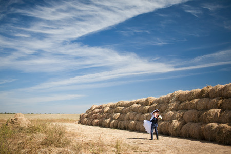 couple in the field with hay Standard-Bild