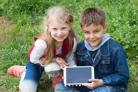 girl and boy with laptop Standard-Bild