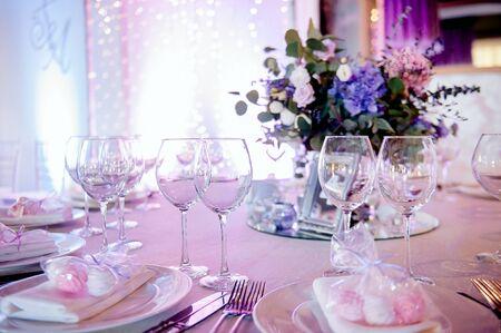 hermosa decoración y mesa festiva, iluminada por la luz de bombillas multicolores