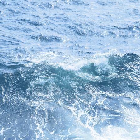 Klassische blaue Meereswelle hautnah. Farbe des Jahres 2020 Hintergrund Standard-Bild