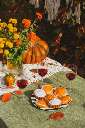 Autumn brunch table in the backyard with pumpkin and yellow decor. Stockfoto