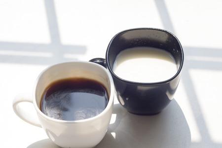 Tasse de lait noir et blanc, café sur fond naturel, vue de dessus Banque d'images - 76325787