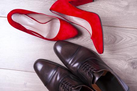 망 및 흰색 배경에 빨간색 높은 뒤꿈치 여자 신발