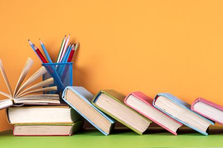 Libri aperti, libri rigidi su sfondo luminoso colorato. Archivio Fotografico - 83630024