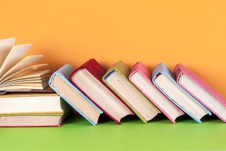 Livre Ouvert Livre Sur Papier Sur Fond Colore Et Lumineux