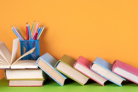 Open boek, hardback boeken op heldere kleurrijke achtergrond. Stockfoto