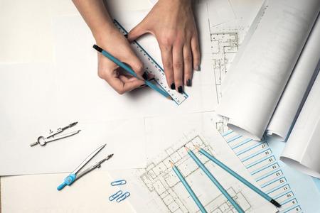 Architect bezig met blauwdruk.