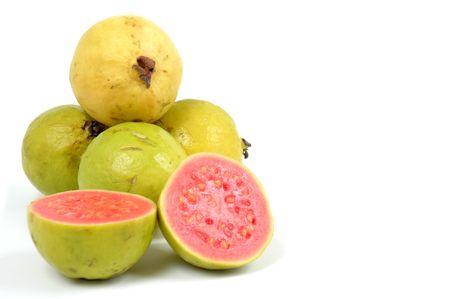 guayaba: Fruto Guayaba sobre fondo blanco. .