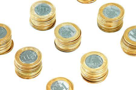 plundering: Braziliaanse real munten paal boven witte achtergrond. Stockfoto