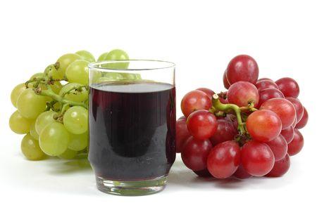 Traubensaft und Trauben auf weißem Hintergrund.