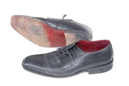 Kaufmann Schuhe - Paar gebrauchter Schuhe schwarz männlich isoliert auf weißem Standard-Bild