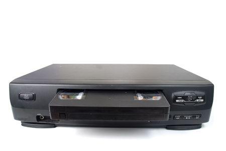rec: Vecchio registratore VHS su sfondo bianco.