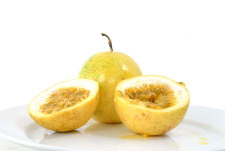 Passion-Fruit auf einem weißen Teller.