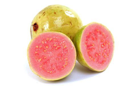 guayaba: Fruta fresca de guayaba, sobre fondo blanco. Foto de archivo