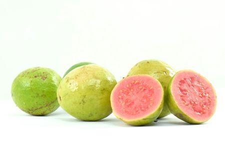 guayaba: El sector de las frutas m�s frescas Guayaba fondo blanco. Foto de archivo