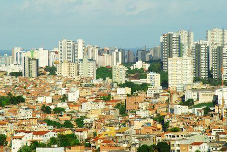 krottenwijk: Contrast van de armoede en rijkdom in Salvador de Bahia - Brazilië. Slum en gebouwen.