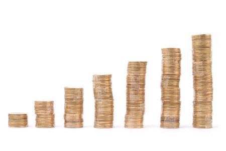 plundering: Stapel munten op witte achtergrond.