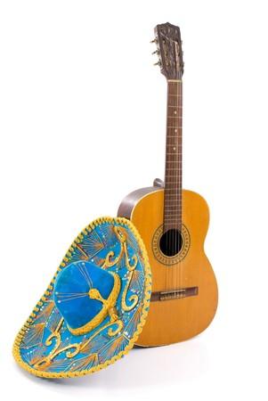 traje mexicano: Mexican Hat y una guitarra de madera en color blanco.
