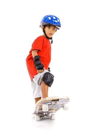 Junge spielt mit seinem Skateboard auf weiß. Standard-Bild - 4568193