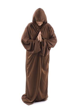 sacerdote: Superior con una capa marr�n sobre fondo blanco.