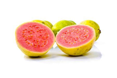 guayaba: Frutas de guayaba sobre fondo blanco.