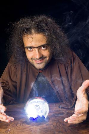 psychisch: Wizard en zijn kristallen bol - wachten voor uw toekomst. Stockfoto