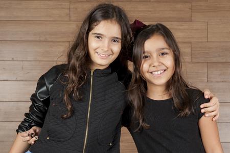 caras felices: Los niños pequeños amigos, fotos interiores. Foto de archivo