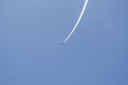 Avi�o militar russo em c�u azul Editorial