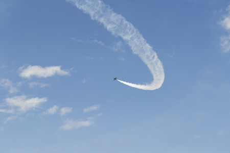 cielo despejado: Avi�n militar ruso en el cielo azul