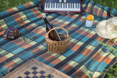 Focused bottle in basket at picnic Imagens