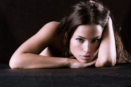 ragazza depressa: ritratto di una giovane donna in triste buio Archivio Fotografico