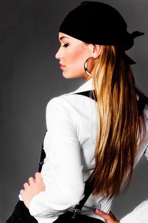 blonde mooie vrouw in wit overhemd, zwarte jarretels en hoofd sjaal Stockfoto