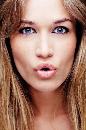 femme bouche ouverte: jolie femme blonde portrait Banque d'images