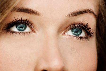 occhi grandi: Primo piano di una donna con gli occhi azzurri Archivio Fotografico