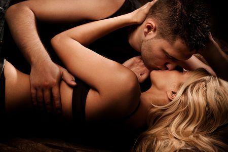 mujeres eroticas: joven pareja de enamorados, disparo de estudio