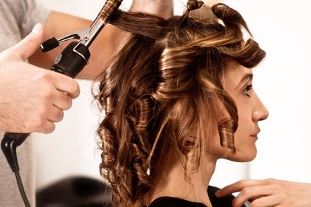to hairdressing: giovane donna al parrucchiere, indoor tiro