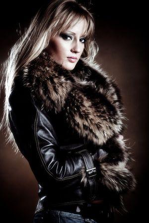 manteau de fourrure: beau blond dans le manteau de cuir avec fourrure Banque d'images