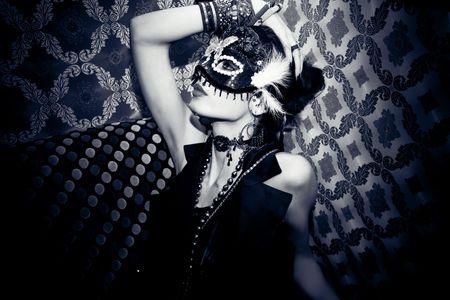 mascara de carnaval: mujer hermosa con m�scara en club nocturno Foto de archivo