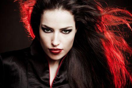 lips red: hermosa mujer Morena en retrato de estilo oriental, disparo de estudio Foto de archivo