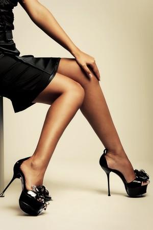 tacones negros: hermosa mujer curtida se queda atr�s en tacones altos, disparo de estudio
