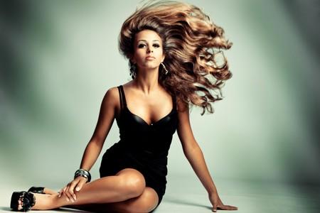 plan �loign�: jeune femme sensuelle avec longs cheveux, studio abattu de vol