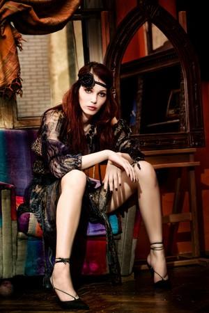 indoor shot: Tiro indoor de hermoso pelo rojo elegante mujer