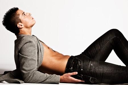 modelos hombres: apuesto joven en jeans negros, disparo de estudio