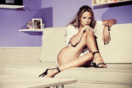 indoor shot: mujer joven sentarse en un sof�, disparo interior  Foto de archivo