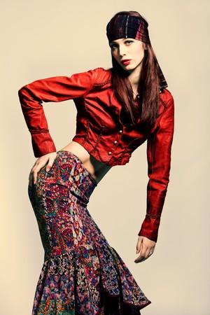 mujer de pelo rojo en ropa de estilo de moda gitana  Foto de archivo - 7937553