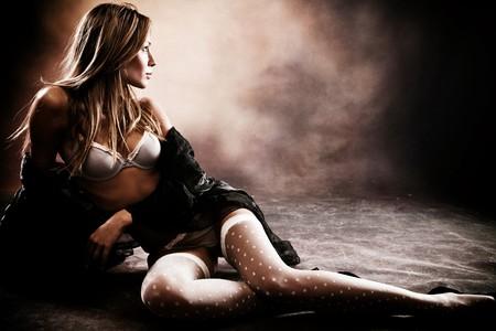 femme en sous vetements: sous-v�tements, studio abattu, fond sombre, femme brunette sensuall  Banque d'images